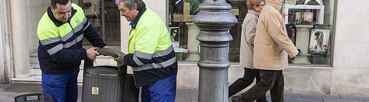 Palencia pone en marcha una campaña de renovación y mejora de papeleras por toda la ciudad