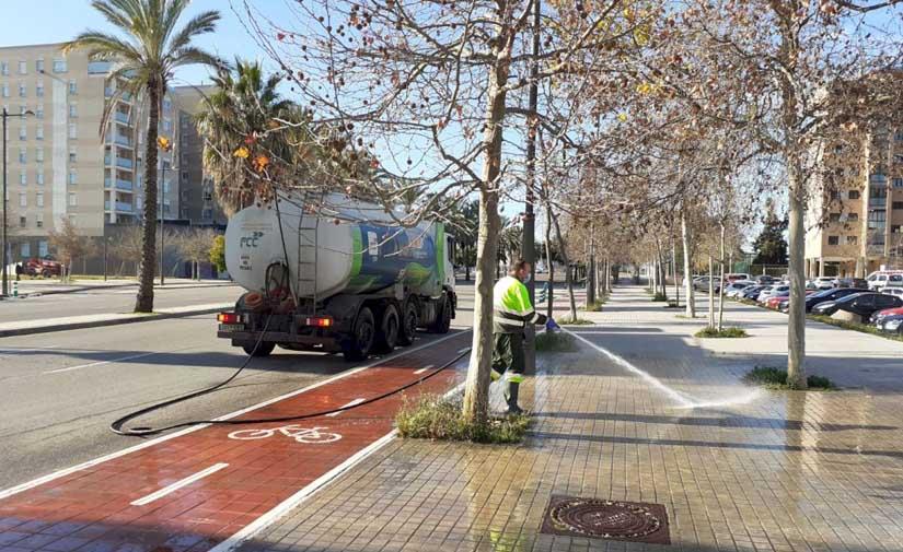 Valencia intensifica el baldeo y desinfección de vías públicas y mobiliario de Valencia