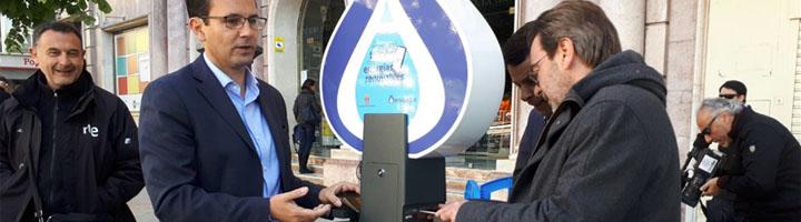 Granada instala cargadores para móviles aprovechando la energía generada por la red de abastecimiento de agua