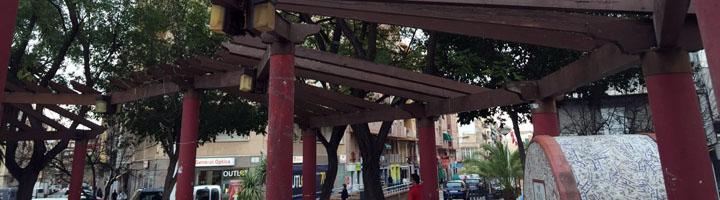 Elche renueva la Plaza de Barcelona con la sustitución de la cubierta de la pérgola y el arreglo del mobiliario urbano