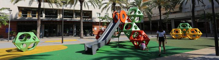 Hags instala sus novedosos juegos PlayCubes en la reforma de la plaza Maria Mercé Marçal de Sant Pere de Ribes