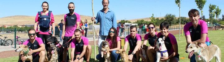 Pequeños y mayores de Poblete disfrutan de un nuevo parque canino en el espacio verde de Las Cuatro Estaciones