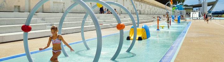 Juego y agua en un parque acuático sin profundidad