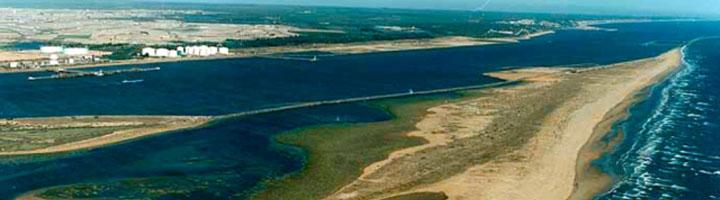Huelva presenta a la Junta un plan de playas que incluye una zona para mascotas y un parque acuático flotante en El Espigón