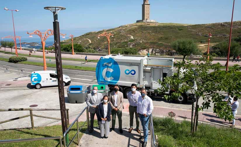 A Coruña presenta los nuevos contenedores y vehículos para la recogida de papel, cartón y vidrio