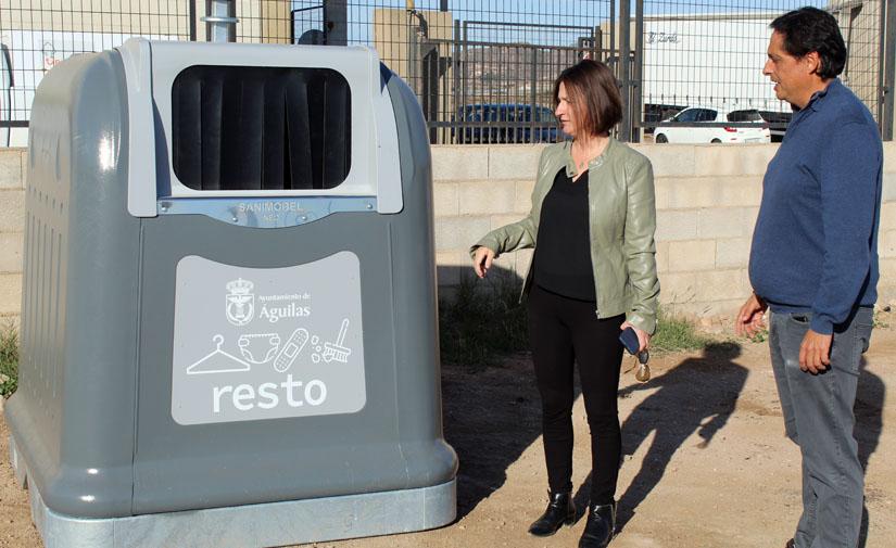 Águilas inicia la renovación de todos los contenedores de residuos