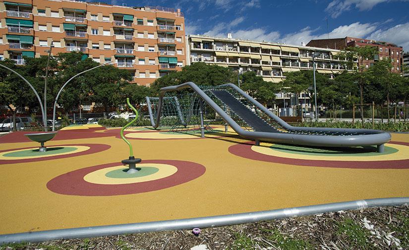 Barcelona abre la zona de juegos del parque de Antoni Santiburcio