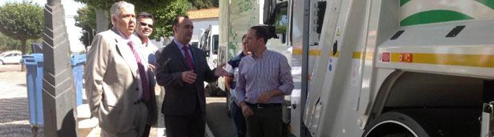Dos nuevos camiones compactadores modernizan la recogida de residuos de Villafranca de los Barros
