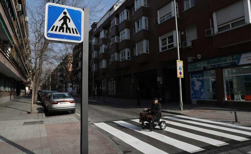 Ciudad Lineal prueba el primer paso de peatones inteligente para mejorar la seguridad vial