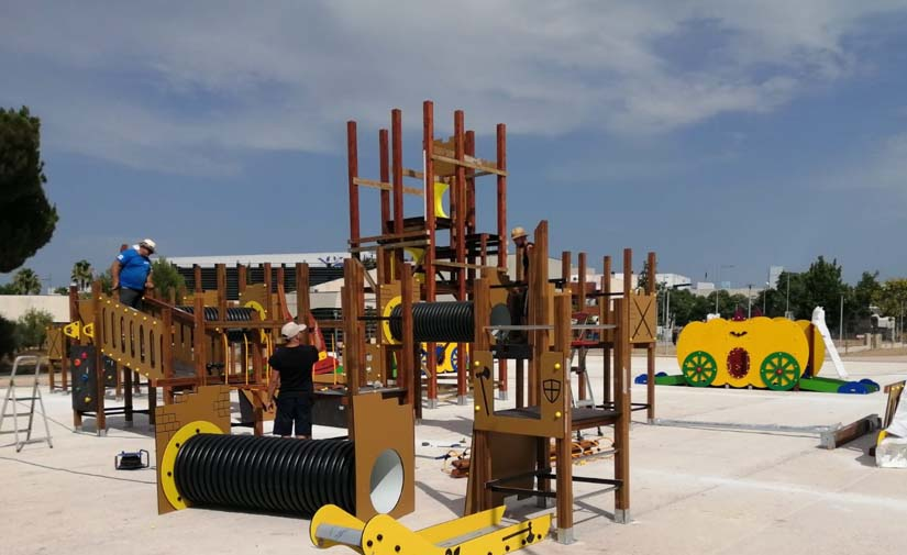 Comienzan a instalar en el parque del Acueducto el castillo de juegos infantiles más alto de Alcantarilla