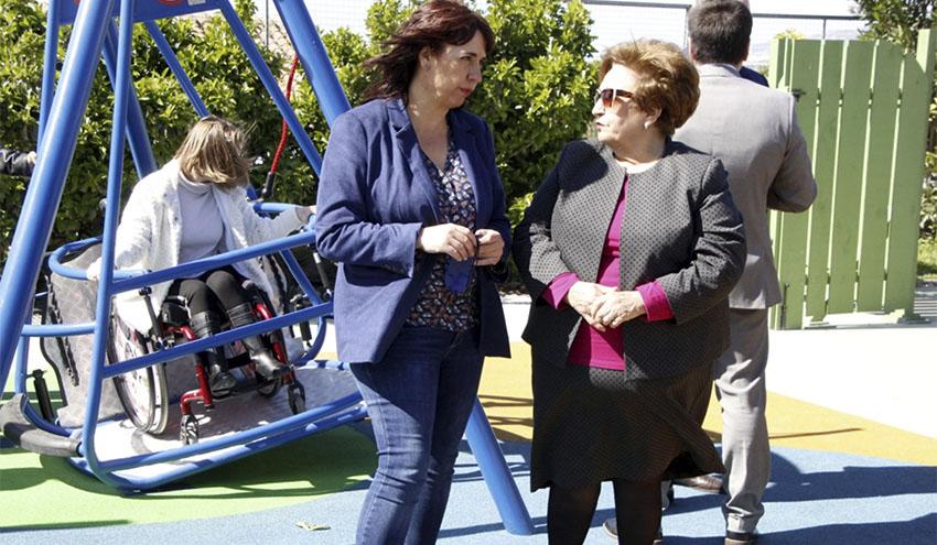 Diputación de Granada colabora con APROSMO en la instalación de un parque de columpios inclusivo