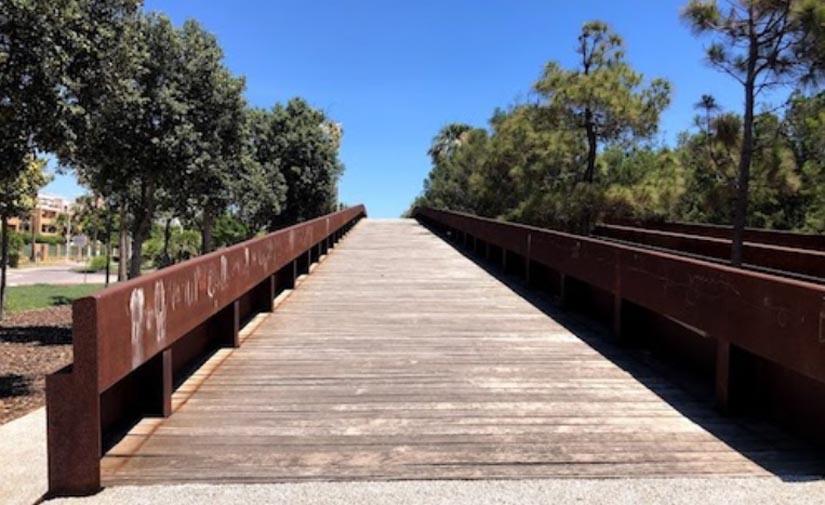 El Ayuntamiento de Almería invertirá 90.000 euros en iluminación eficiente y mejora de puentes peatonales de El Toyo