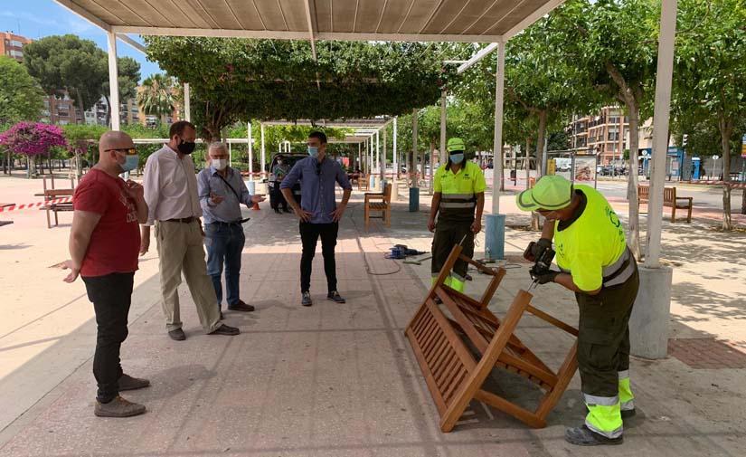 El Ayuntamiento de Murcia amplía las zonas estanciales de plazas, parques y jardines con nuevo mobiliario urbano