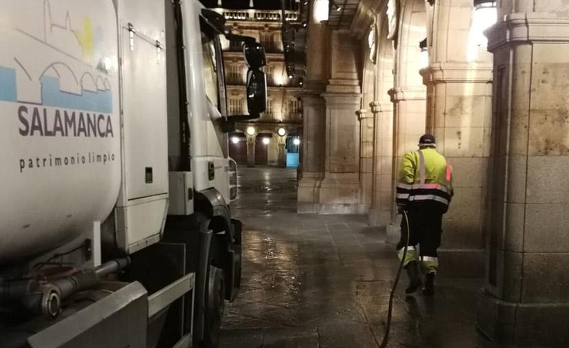 El Ayuntamiento de Salamanca desinfecta a diario las calles de la ciudad, mobiliario urbano y dependencias municipales