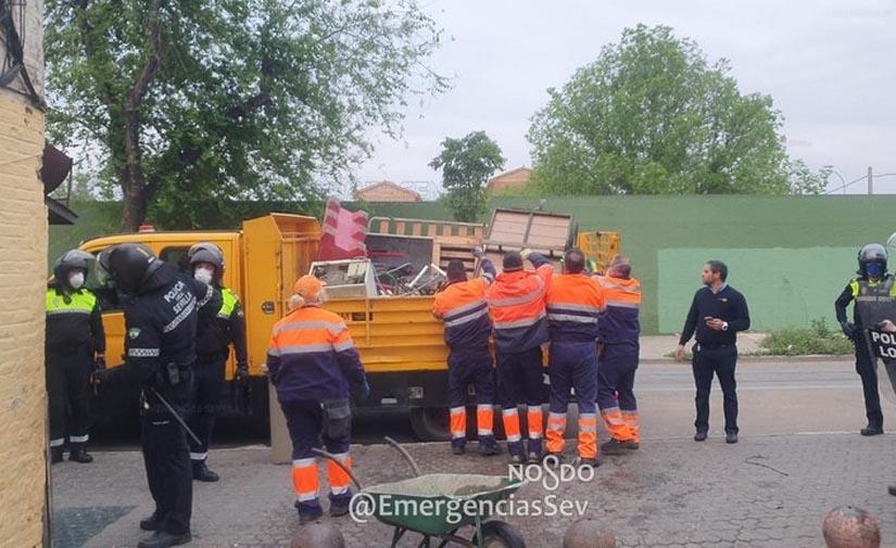 El dispositivo municipal ante la COVID 19 de Sevilla ejecuta una actuación especial de limpieza y desinfección en Torreblanca