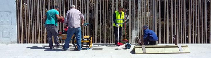 Almuñecar instala nuevo mobiliario urbano en el paseo de La Herradura