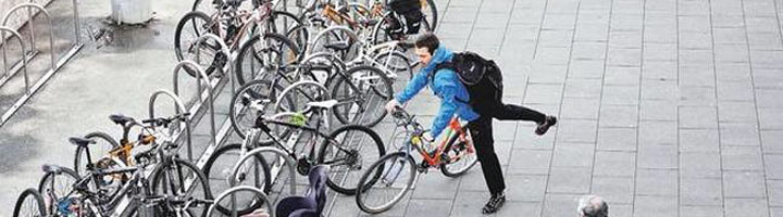 La Coruña instala nuevo mobiliario que favorece el uso y los desplazamientos en bicicleta por la ciudad
