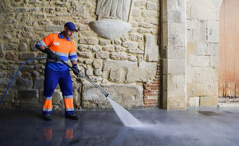 Madrid incrementa al máximo los baldeos en las calles y añade desinfectantes en la limpieza