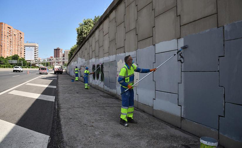 Madrid intensifica la limpieza de grafitis en el entorno de la M-30