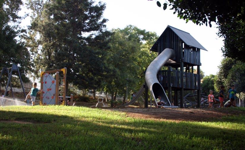 Mairena del Alcor renueva las áreas de juegos infantiles en el parque Tierno Galván y las plazas aceitunas y adelfas