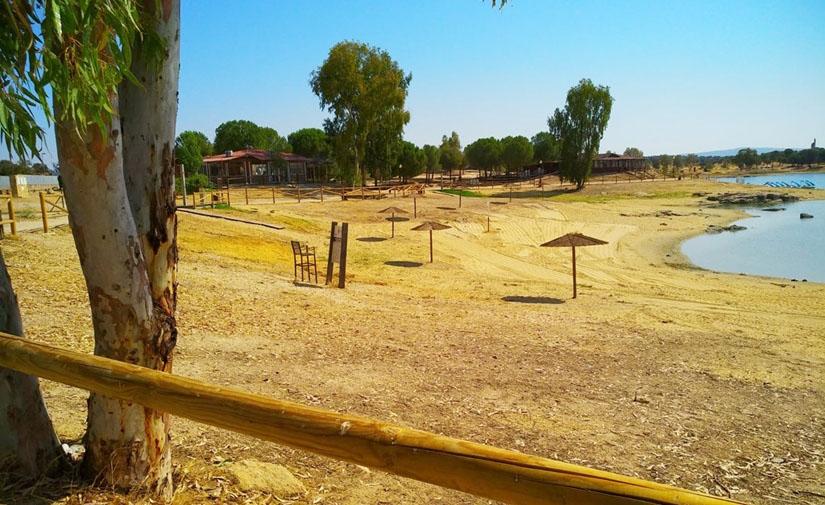Mérida instalada 20 sombrillas en la zona de baño del embalse de Proserpina