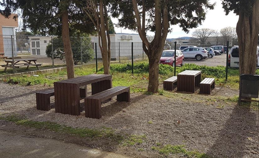 Mesas y bancos de plástico 100% reciclado para Cardedeu
