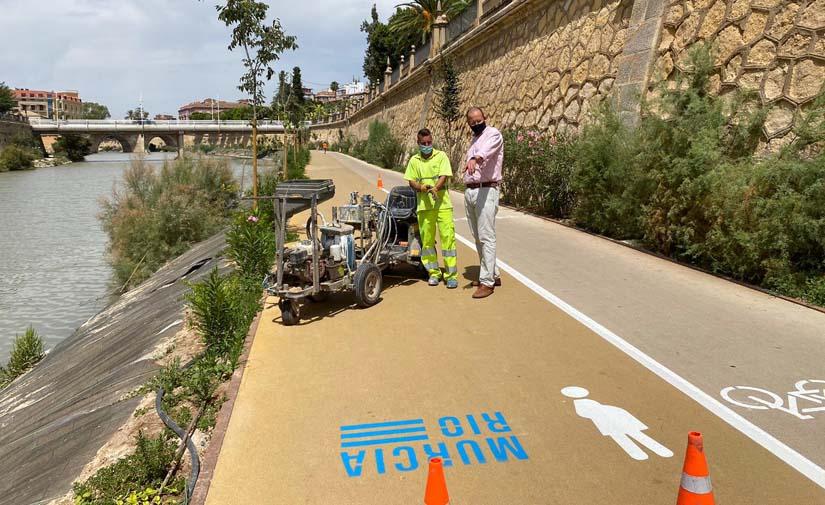 Nueva señalización horizontal a lo largo de 4.000 metros para el carril bici y los pasos peatonales de Murcia Río