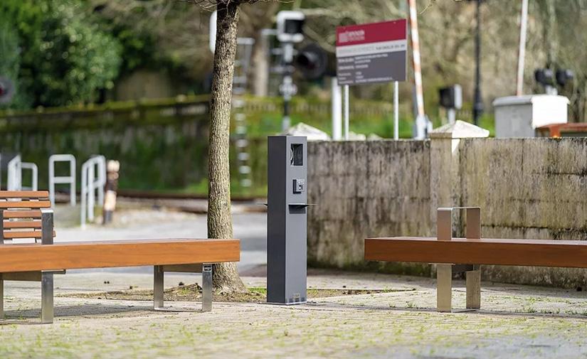 Pontecesures renueva su plaza Coche de Pedra con mobiliario de diseño, sostenible y funcional