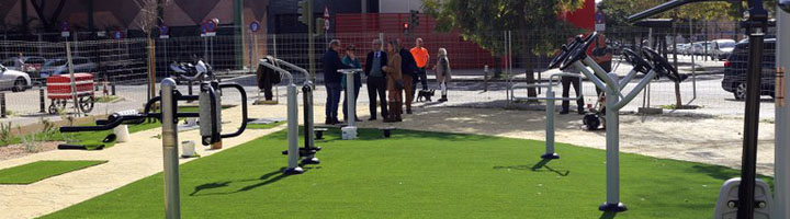 Sevilla culmina la construcción de un área ajardinada con aparatos biosaludables en la Avenida de los Gavilanes