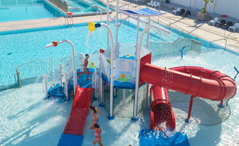 Remodelar una piscina con los juegos de un parque acuático