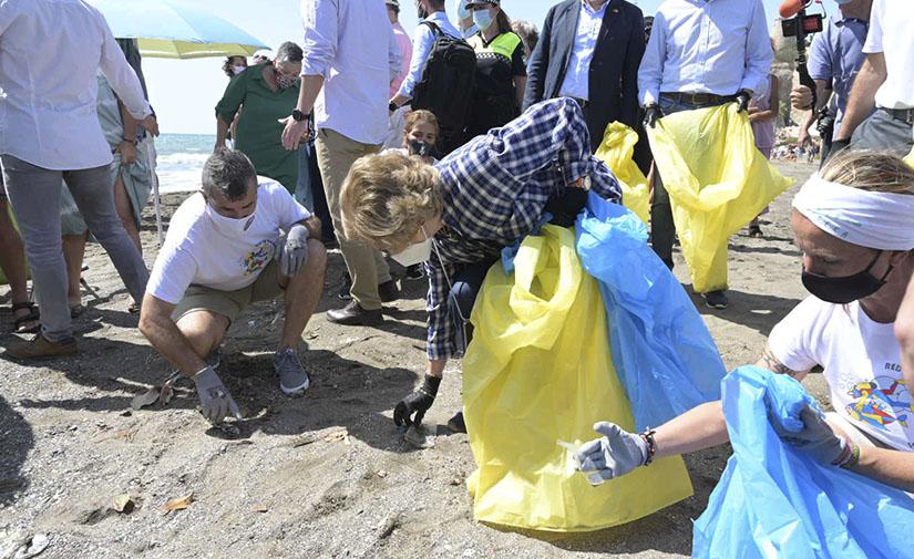S.M. la Reina Doña Sofía participa en la campaña '1m2 por las playas y los mares' del Proyecto LIBERA