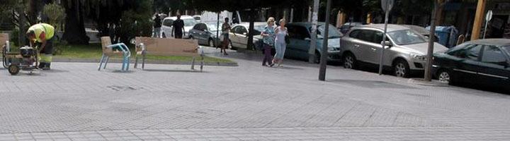 Cadiz comienza a instalar nuevos bancos en la avenida principal de la ciudad