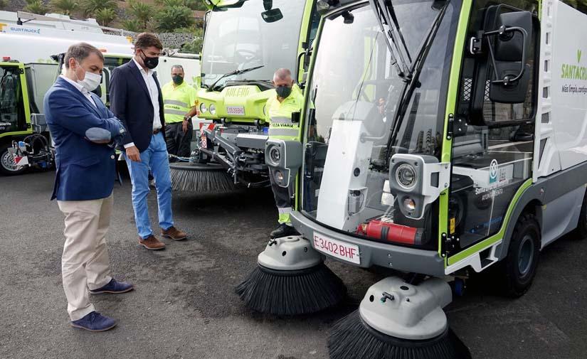 Santa Cruz de Tenerife presenta los primeros vehículos eléctricos y de gas del servicio de limpieza