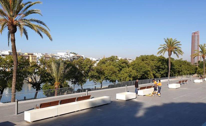 Sevilla comienza la instalación de las 60 nuevas jardineras que tendrá el remodelado Paseo Marqués de Contadero