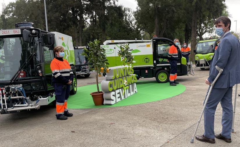 Sevilla refuerza los servicios de baldeo de acerados y del entorno de los puntos de contenedores