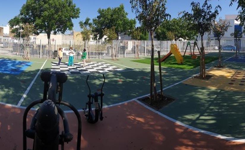 Sevilla transforma la Plaza Currito el Practicante de Torreblanca en una gran zona infantil y deportiva
