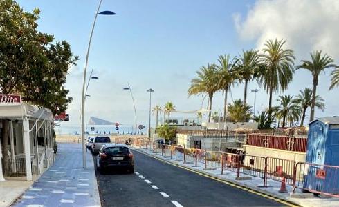 Benidorm abre la calle Aigües, la primera de La Cala que sigue el diseño del Paseo de Poniente