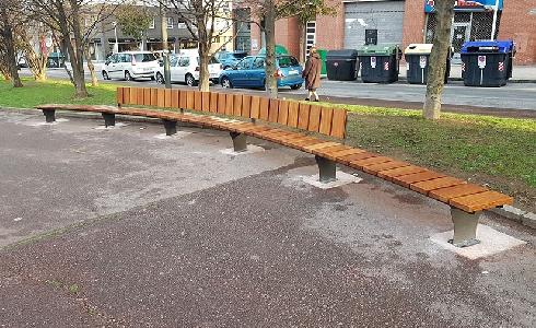 Bilbao cambiará los bancos de hormigón deJardines de Gernika por un nuevo modelo en madera