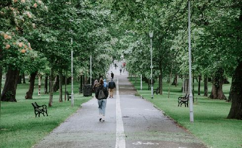 ¿Cómo se pueden fomentar en las ciudades los desplazamientos a pie?