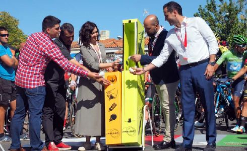 Díaz Ayuso e Iñaki Aguado apoyan el reciclaje de bombillas en la salida de la Vuelta Ciclista