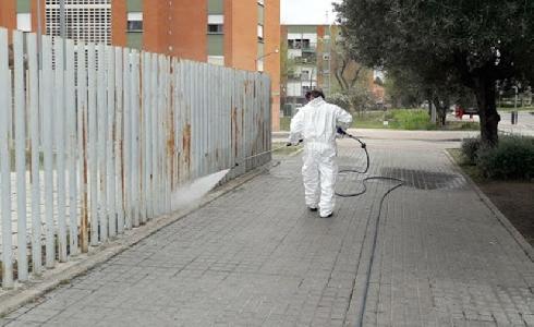 El Ayuntamiento de Chiclana refuerza las labores de baldeo y desinfección de la vía pública