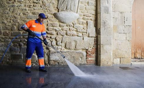 El Ayuntamiento de Valencia incrementa los equipos de limpieza para desinfectar el mobiliario urbano