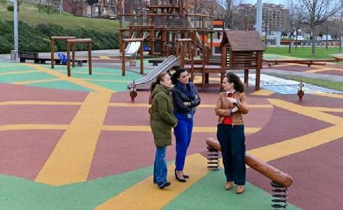 Finalizada la renovación del suelo de seguridad del parque infantil de Las Llamas de Santander