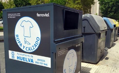 Huelva inicia la instalación de 240 contenedores de ropa y calzado y de aceite doméstico para facilitar el reciclaje en la ciudad