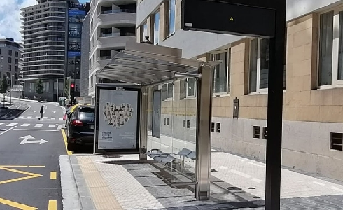 La primera marquesina de autobús del nuevo modelo Donostia ya es una realidad