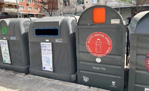 Madrid finaliza la instalación de los contenedores de aceite en vía pública y mercadillos