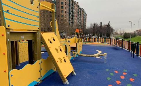 Madrid renueva las áreas de juego infantil y el mobiliario urbano para su uso sin barreras