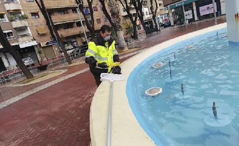 Murcia mantiene el protocolo de limpieza de lagos y fuentes para controlar la salubridad del agua