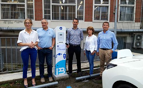 Primer punto de carga de vehículos eléctricos en un centro de enseñanza de Donostia