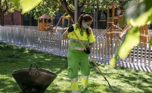 Refuerzo de verano de los servicios de limpieza y mantenimiento de los parques y jardines de Barcelona